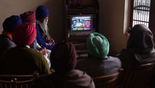 Farmers watch a news channel broadcasting India's Finance Minister Nirmala Sitharaman (C on screen) presenting the 2020 union budget, at a village on the outskirts of Amritsar on February 1, 2020.  - Sputnik International