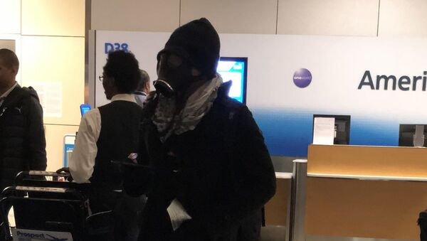 Passengers aboard an American Airlines flight waiting to take off from Dallas Fort Worth International Airport on Thursday were alarmed when they saw a man board wearing a gas mask - Sputnik International