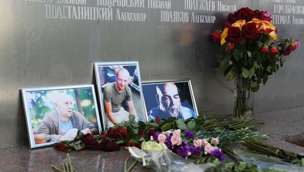 Flowers and Pictures of Russian Journalists Killed in 2018 in CAR - Sputnik International