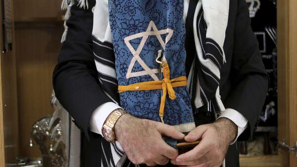 Rabbi holds a rare 200 year-old Torah - Sputnik International