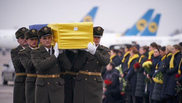 Soldiers carry a coffin containing the remains of one of the eleven Ukrainian victims of the Ukraine International Airlines flight 752 plane disaster during a memorial ceremony at the Boryspil International Airport, outside Kiev, Ukraine January 19, 2020 - Sputnik International
