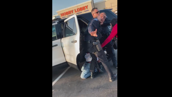 Fresno officers handcuff, arrest teen who experienced epileptic seizure - Sputnik International