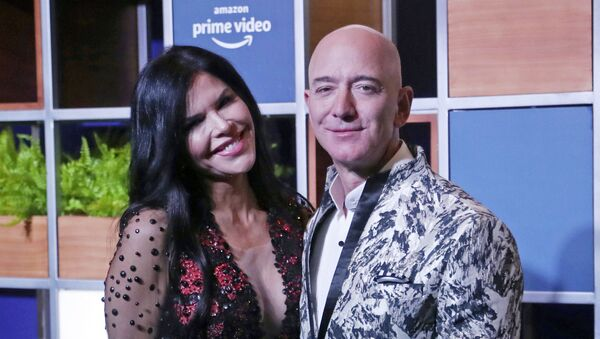 Amazon CEO Jeff Bezos, right and his girlfriend Lauren Sanchez poses for photographs during a blue carpet event organized by Amazon Prime Video in Mumbai - Sputnik International
