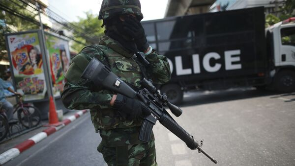 An Armed Thai Soldier Stands in Front of a Police Truck in Bangkok, Thailand - Sputnik International