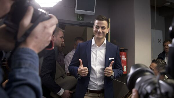 Far-right frontman and founder of Schild en Vrienden, Dries Van Langenhove gives the thumbs up as he arrives for a media conference of the far right Vlaams Belang Party in Brussels, Monday, May 27, 2019 - Sputnik International
