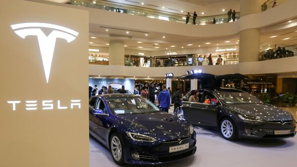 A Tesla Model S (L) and Model X are displayed at a shopping mall in Hong Kong on March 10, 2019.  - Sputnik International