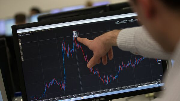 A trader points to a trading screen displaying today's record high for the FTSE 100, at ETX Capital in central London, England (File) - Sputnik International