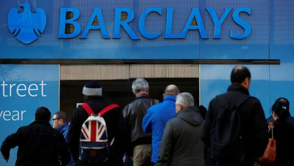 Customers queue outside a branch of Barclays bank in Manchester northern England, March 17, 2016 - Sputnik International