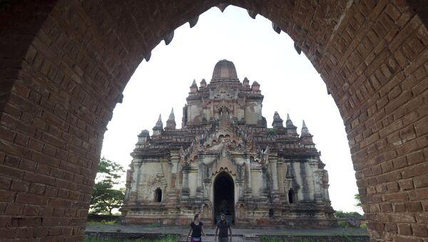 Foreign tourists visit Myanmar's old temple in Bagan, Nyaung U district, central Myanmar, Sunday, June 24, 2018. - Sputnik International