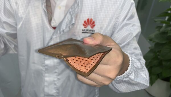 A Huawei research engineer holds up a thermal cooling solution with copper structure at the Huawei Materials lab in Dongguan in Southern China's Guangdong province - Sputnik International