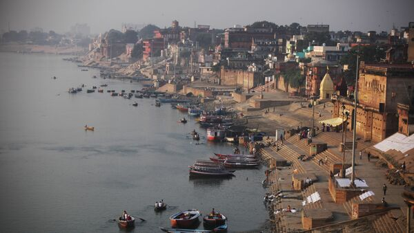 A view of the River Ganges and Ghats, or bathing steps that line along a river, in Varanasi, in the northern Indian state of Uttar Pradesh, India, Friday, Oct. 9, 2015 - Sputnik International