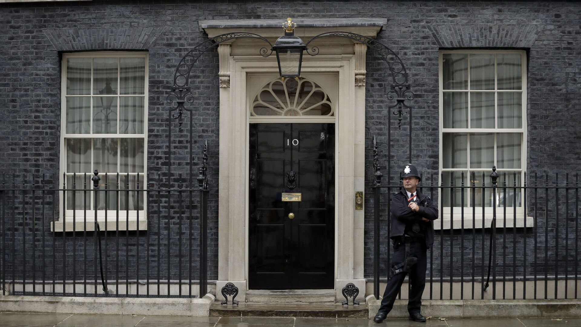 A police officer stands guard outside the door of 10 Downing Street in London, Friday, June 7, 2019 - Sputnik International, 1920, 18.09.2021
