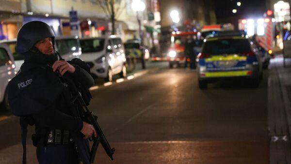 A police officer secures the area after a shooting in Hanau near Frankfurt, Germany, February 19, 2020 - Sputnik International