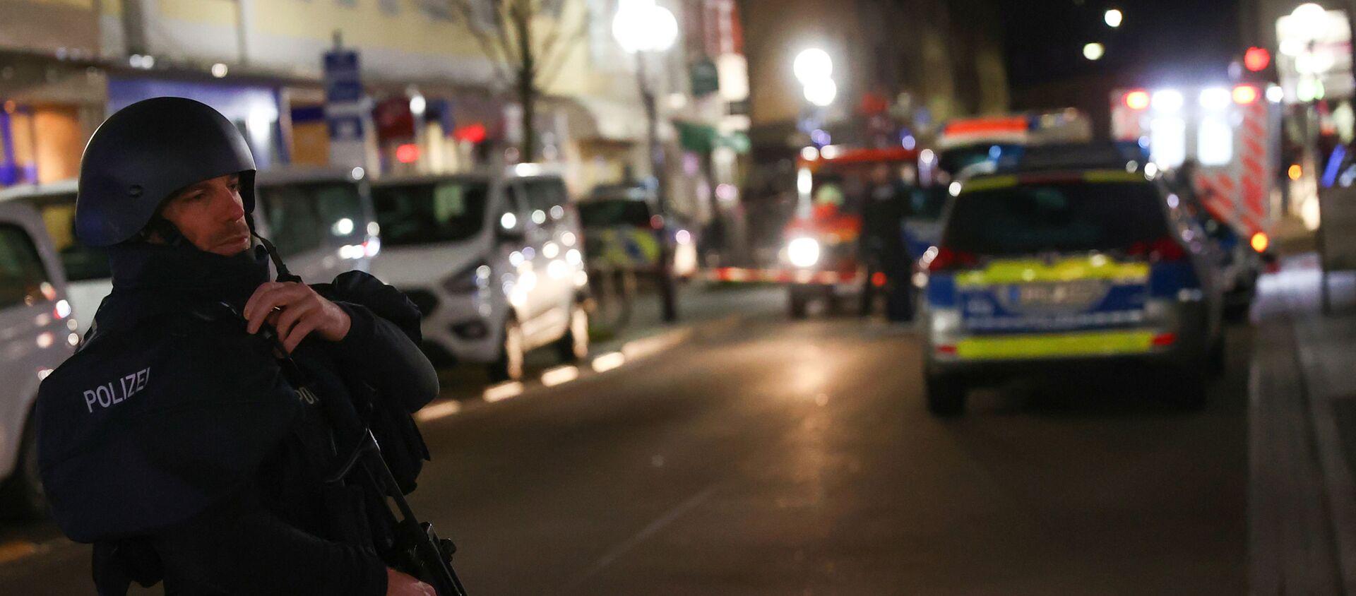 A police officer secures the area after a shooting in Hanau near Frankfurt, Germany, February 19, 2020 - Sputnik International, 1920, 19.02.2020