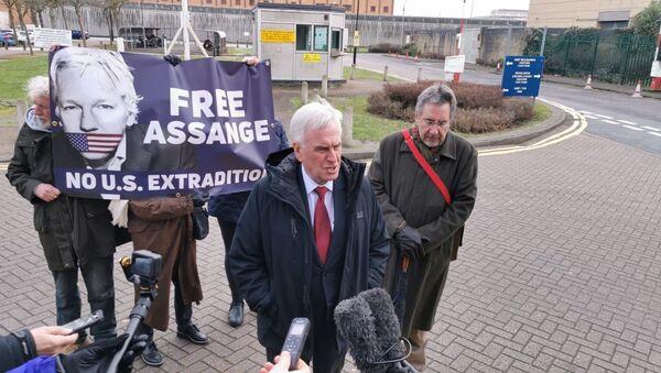 Labour shadow chancellor John McDonnell and Stop the War Coalition national officer John Rees hold a presser on Julian Assange outside Belmarsh prison on 20 February, 2020. - Sputnik International
