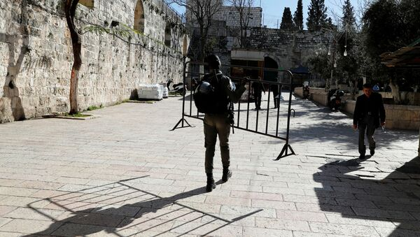 An Israeli police officer carries a barricade close to the scene of a suspected Palestinian shooting attack in which an Israeli policeman was injured lightly in Jerusalem's Old City February 6, 2020.  - Sputnik International