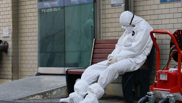 A medical worker takes a rest outside a hospital in Daegu, South Korea, February 23, 2020 - Sputnik International