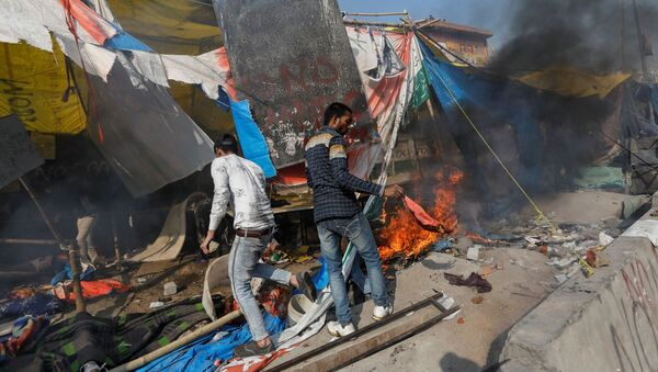 People supporting a new citizenship law destroy the protest site used by those opposing it, in New Delhi, India, February 24, 2020 - Sputnik International
