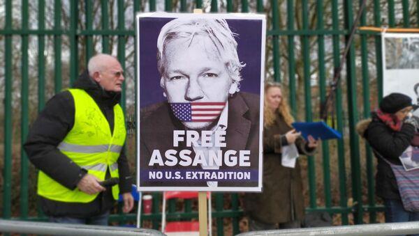 Free Assange No US Extradition Poster at Woolwich Crown Court/Belmarsh pro Assange Rally - Sputnik International
