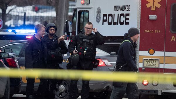 Police and emergency officials work at an active shooter scene at the Molson Coors headquarters in Milwaukee, Wisconsin, February 26, 2020.   Mark Hoffman/Milwaukee Journal Sentinel/USA TODAY NETWORK via REUTERS - Sputnik International