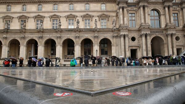 People line up at the Louvre Museum as the staff closed the museum during a staff meeting about the coronavirus outbreak, in Paris, France, March 1, 2020. - Sputnik International