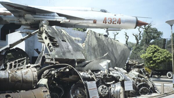 A MiG-21 on display alongside the remains of B-52 bombers at the Vietnam Military History Museum in central Hanoi. - Sputnik International