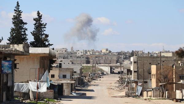 Smoke is rising over town of Saraqib, Syria's Idlib Governorate - Sputnik International