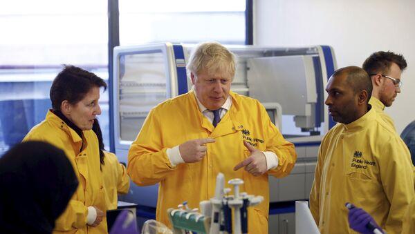 Boris Johnson visiting a Public Health England laboratory in March 2020 - Sputnik International