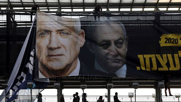 Labourers hang a banner depicting Benny Gantz, leader of Blue and White party, and Israel Prime minister Benjamin Netanyahu, as part of the party's campaign ahead of the upcoming election, in Tel Aviv, Israel February 17, 2020.  - Sputnik International
