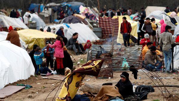 Migrants at Turkey's Pazarkule border crossing with Greece's Kastanies, near Edirne - Sputnik International