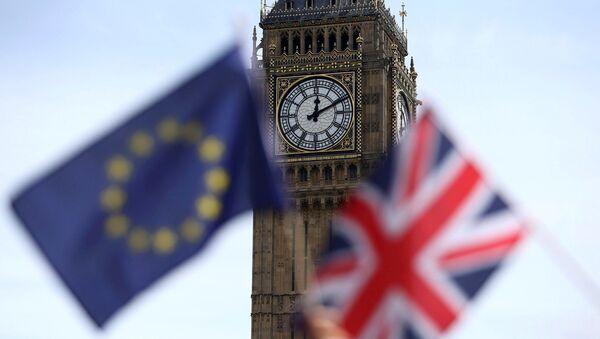Participants hold a British Union flag and an EU flag during a pro-EU referendum event at Parliament Square in London, Britain June 19, 2016 - Sputnik International