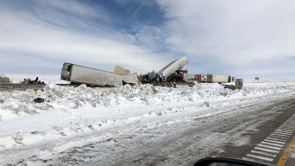 Troopers investigate multiple crashes involving over 100 vehicles - Sputnik International