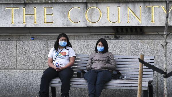 Two women wearing face masks in London - Sputnik International