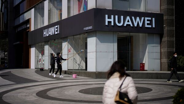 People wearing face masks are seen at a Huawei shop - Sputnik International