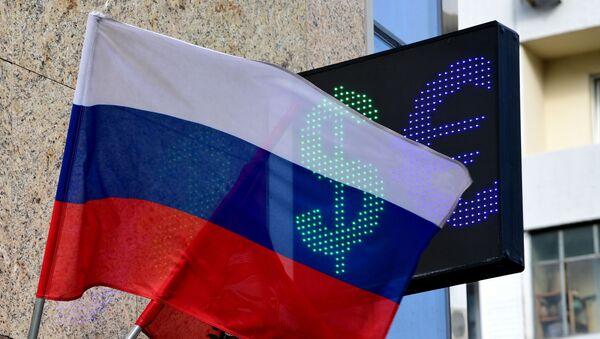 Signs of euro and dollar on the board of exchange rates in Moscow - Sputnik International