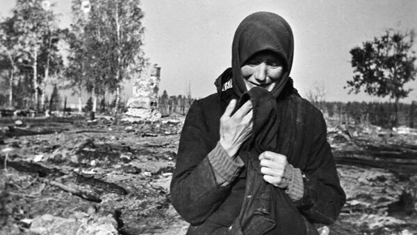 Woman weeping on the ruins of her native village burnt by the Nazis in the second world war - Sputnik International