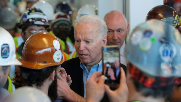 Democratic U.S. presidential candidate and former Vice President Joe Biden argues with a worker about his positions on gun control during a Biden campaign stop at the FCA (Fiat Chrysler Automobiles) Mack Assembly plant in Detroit, Michigan, U.S., March 10, 2020. - Sputnik International