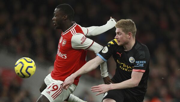 Arsenal's Nicolas Pepe, left, fights for the ball with Manchester City's Kevin De Bruyne during the English Premier League soccer match between Arsenal and Manchester City, at the Emirates Stadium in London, Sunday, Dec. 15, 2019. - Sputnik International