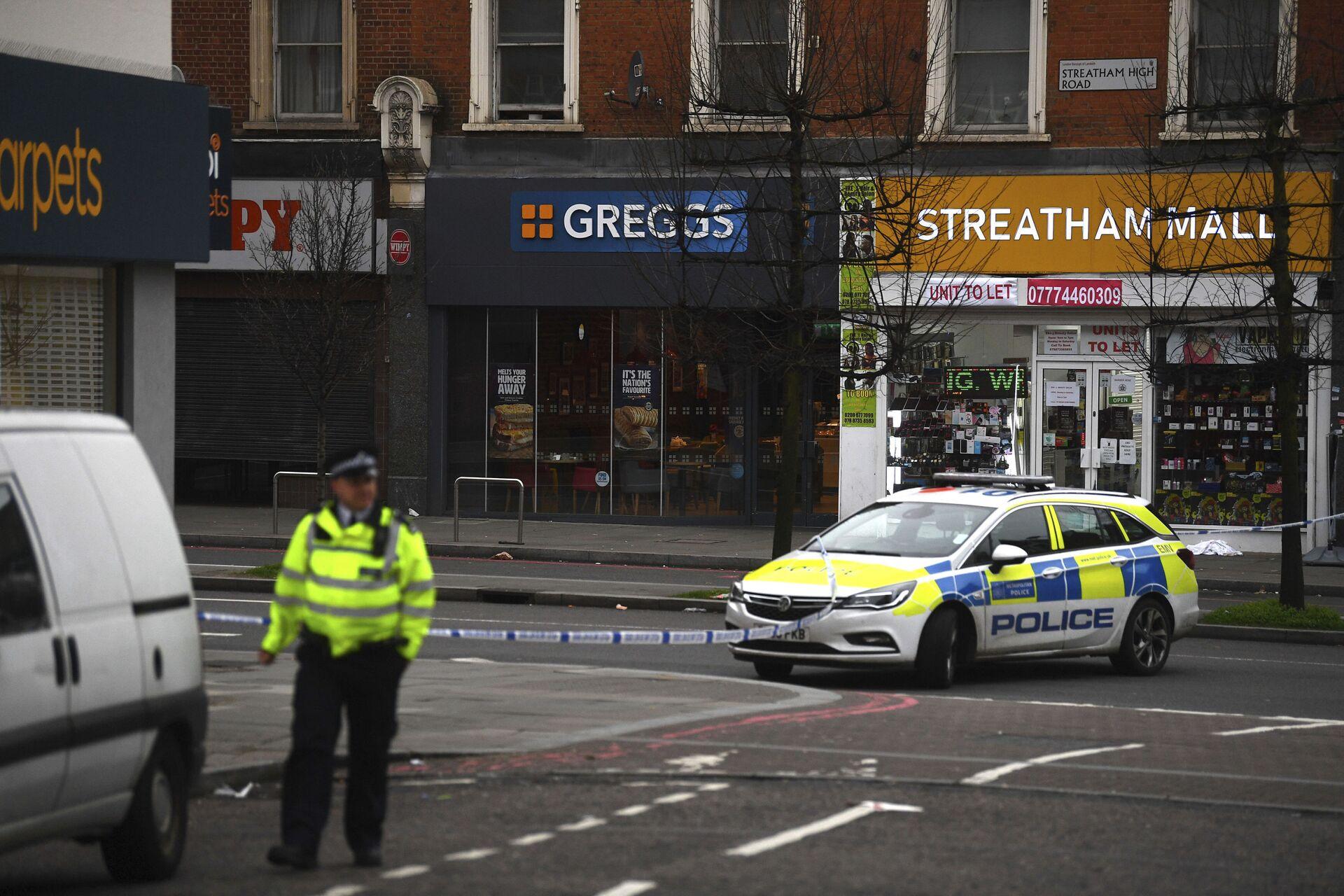 Police attend the scene after an incident in Streatham, London - Sputnik International, 1920, 07.09.2021