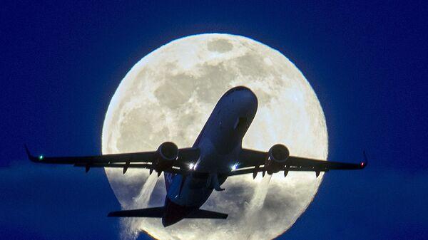 Самолет на фоне полнолуния  - Sputnik International
