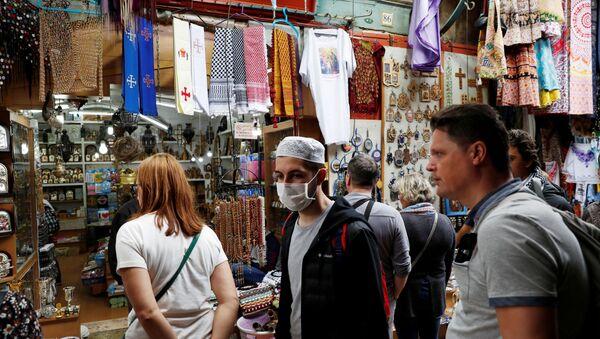 A  man wears a face mask in Jerusalem's Old City - Sputnik International