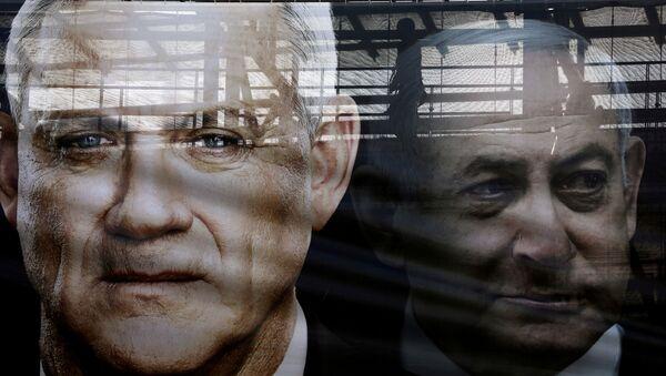 A banner depicts Benny Gantz, leader of Blue and White party, and Israel Prime minister Benjamin Netanyahu - Sputnik International