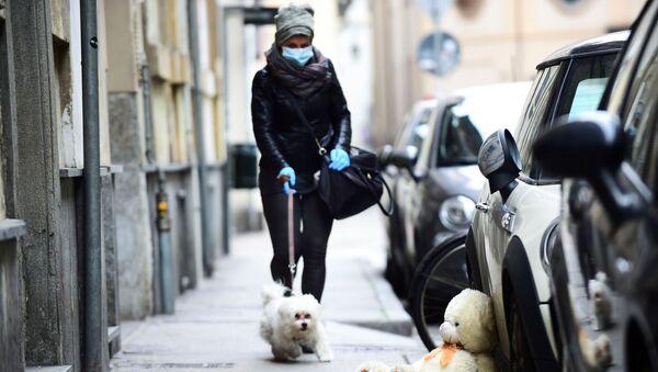 A woman wearing a face mask in Turin, Italy - Sputnik International