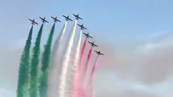 The Italian Air Force played Pavarotti singing Nessun Dorma as they put on an air show to lift the spirits of their nation - Sputnik International