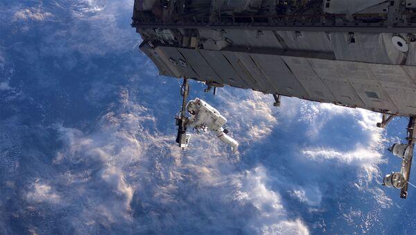 Американский астронавт Роберт Ли Кербим во время выхода в открытый космос  - Sputnik International