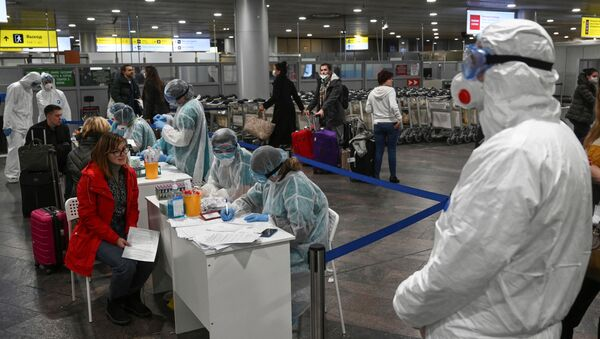 Russian officials and medical staff at Sheremetyevo International Airport outside Moscow - Sputnik International