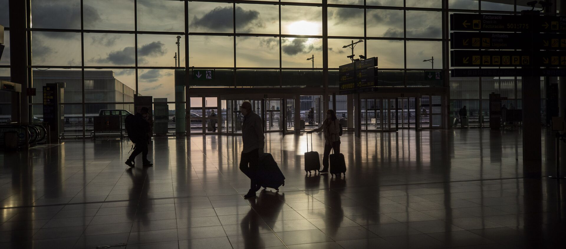 Passengers walk in an empty terminal at the airport of Barcelona, Spain, Thursday, March 19, 2020 - Sputnik International, 1920, 23.05.2020