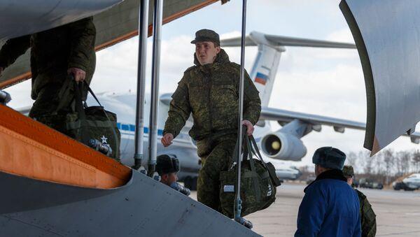 Russian servicemen get on board an Ilyushin Il-76 - Sputnik International
