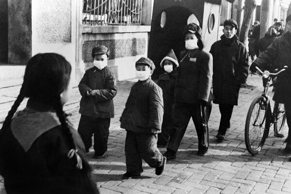 Picture taken in November 1954 in Beijing showing children wearing a mask.  - Sputnik International