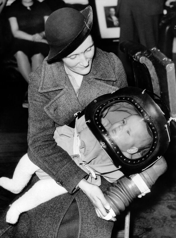 The British government's new gas mask for babies under two, technically known as a baby helmet, was demonstrated for the first time on March 13, 1939, at the Holborn Town Hall in London.  - Sputnik International